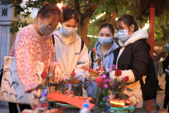 Mùng 1 cuối cùng của năm, giới trẻ đổ xô đi chùa Hà cầu có người yêu trước Tết Nguyên đán Ảnh 1