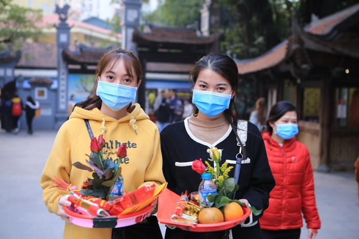 Mùng 1 cuối cùng của năm, giới trẻ đổ xô đi chùa Hà cầu có người yêu trước Tết Nguyên đán Ảnh 3