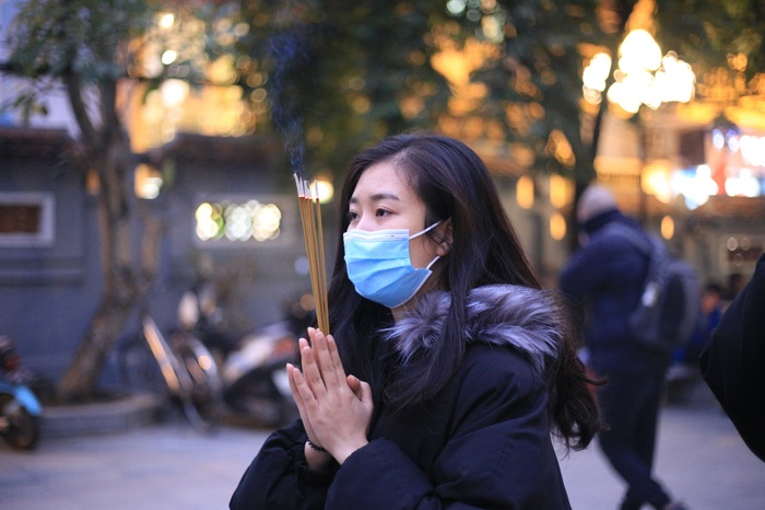 Mùng 1 cuối cùng của năm, giới trẻ đổ xô đi chùa Hà cầu có người yêu trước Tết Nguyên đán Ảnh 10