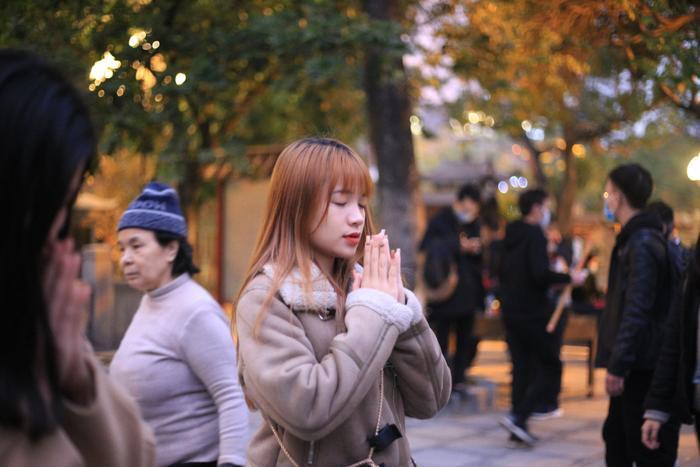 Mùng 1 cuối cùng của năm, giới trẻ đổ xô đi chùa Hà cầu có người yêu trước Tết Nguyên đán Ảnh 7