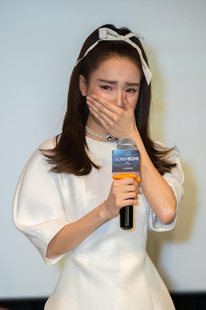 Nhã Phương mất điểm vì bắt mọi người đợi hơn 1 tiếng, khóc nức nở tại họp báo 'Song Song' Ảnh 7