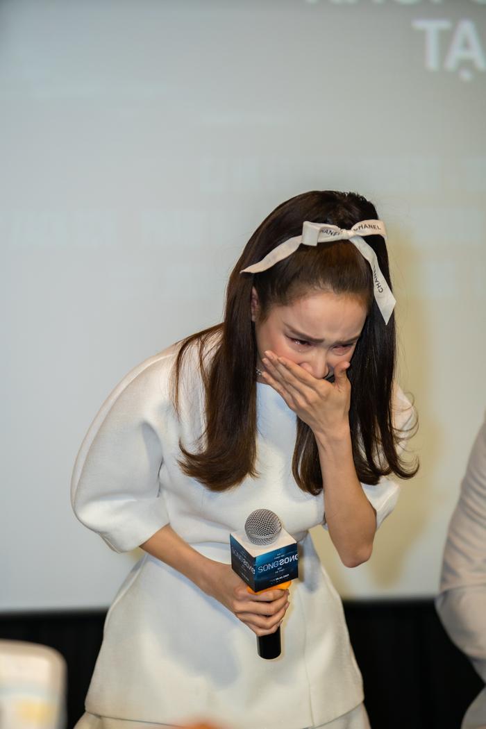 Nhã Phương mất điểm vì bắt mọi người đợi hơn 1 tiếng, khóc nức nở tại họp báo 'Song Song' Ảnh 8