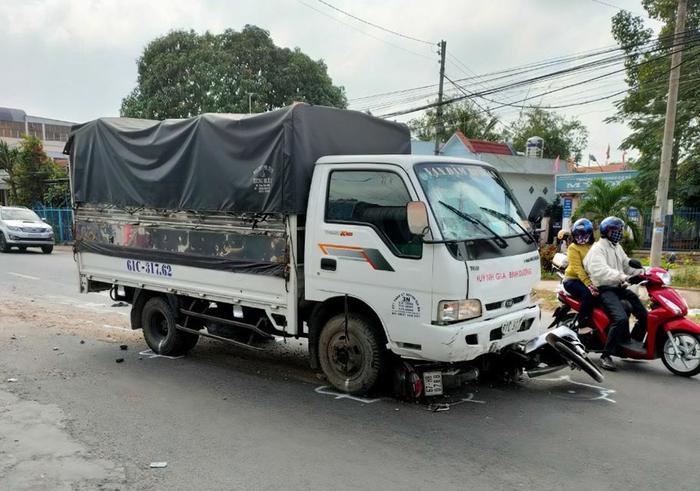 Ngủ gật trong lúc điều khiển, tài xế ô tô tải tông vào hàng loạt học sinh đang trên đường đi học Ảnh 1