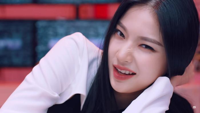 Kpop tiếp tục có thêm 1 'fan girl thành công' khi trở thành đồng nghiệp của Idol Ảnh 5