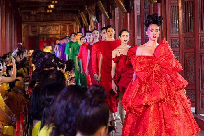 Mỹ nhân đắt show Vedette nhất năm 2020: Minh Tú - Hoàng Thùy - Lan Khuê, ai hot hơn ai? Ảnh 25