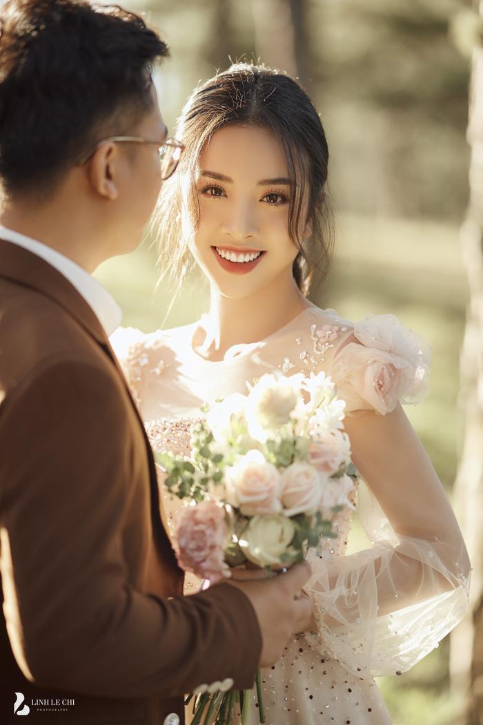 Á Hậu Thúy An hé lộ ảnh cưới lung linh tại Đà Lạt: Cô dâu nhan sắc rạng ngời, chú rể điển trai phong độ Ảnh 11