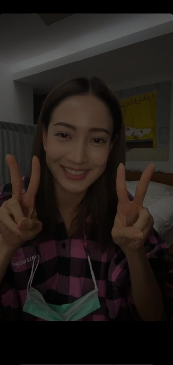 Taew Natapohn livestream thông báo sẽ tự cách ly tại nhà sau khi tiếp xúc trực tiếp với DJ Matoom