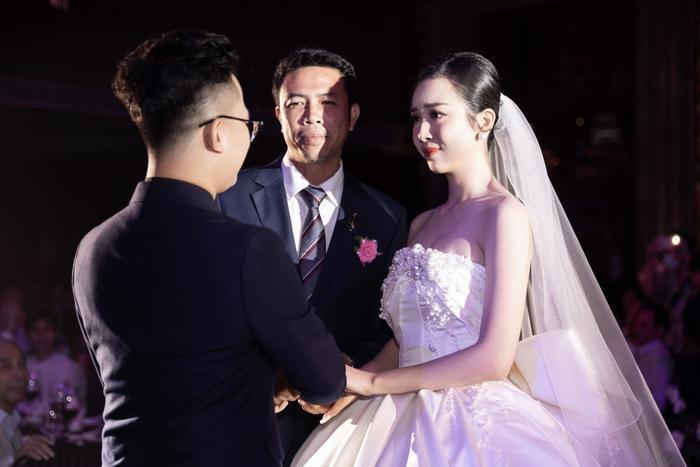 Á hậu Thúy An thay 5 bộ váy cưới lộng lẫy như công chúa, Tiểu Vy rơi nước mắt: 'Chú rể may mắn lắm' Ảnh 1