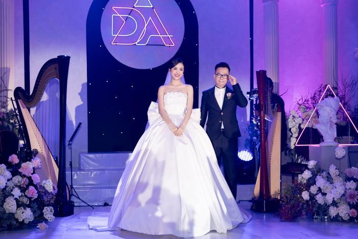 Á hậu Thúy An thay 5 bộ váy cưới lộng lẫy như công chúa, Tiểu Vy rơi nước mắt: 'Chú rể may mắn lắm' Ảnh 8