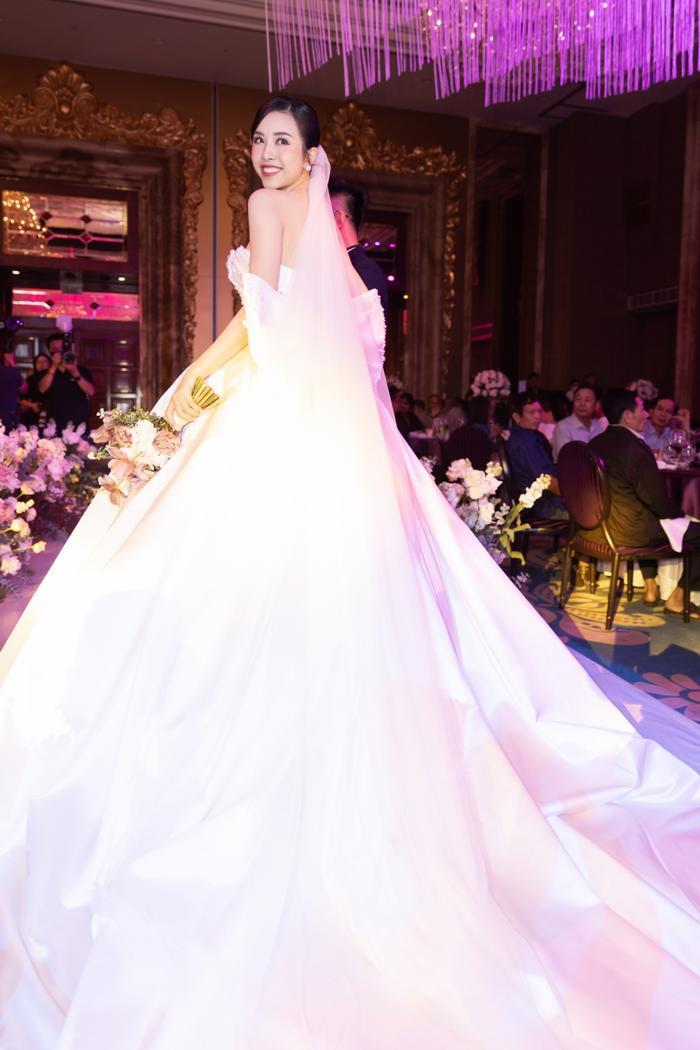 Á hậu Thúy An thay 5 bộ váy cưới lộng lẫy như công chúa, Tiểu Vy rơi nước mắt: 'Chú rể may mắn lắm' Ảnh 10