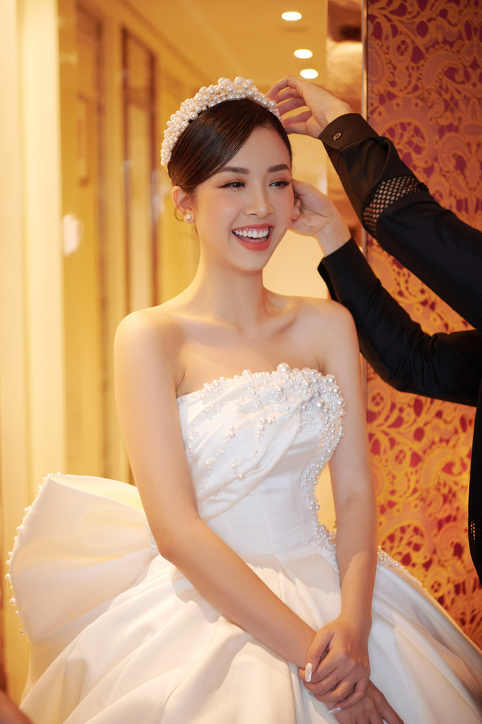 Á hậu Thúy An thay 5 bộ váy cưới lộng lẫy như công chúa, Tiểu Vy rơi nước mắt: 'Chú rể may mắn lắm' Ảnh 11