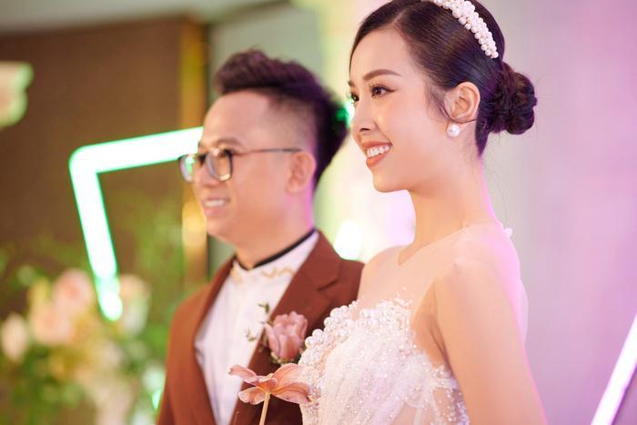 Á hậu Thúy An thay 5 bộ váy cưới lộng lẫy như công chúa, Tiểu Vy rơi nước mắt: 'Chú rể may mắn lắm' Ảnh 16