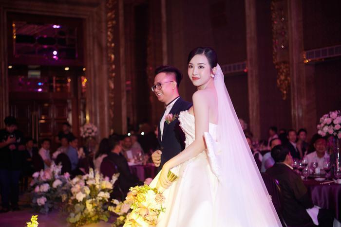 Á hậu Thúy An thay 5 bộ váy cưới lộng lẫy như công chúa, Tiểu Vy rơi nước mắt: 'Chú rể may mắn lắm' Ảnh 15
