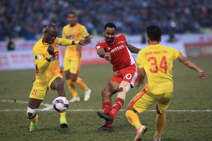 HLV Trương Việt Hoàng chê mặt sân Thanh Hóa sau trận hòa của Viettel Ảnh 1