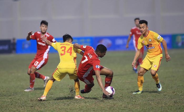 HLV Trương Việt Hoàng chê mặt sân Thanh Hóa sau trận hòa của Viettel Ảnh 2