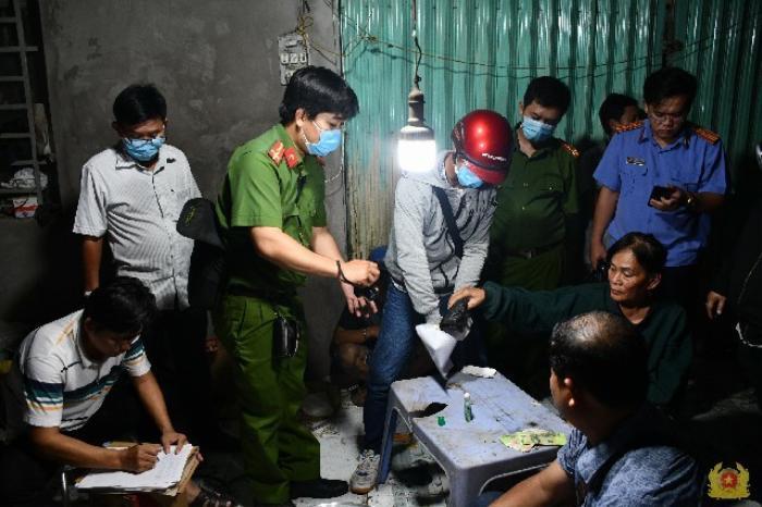 'Bà trùm' 61 tuổi cầm đầu đường dây ma túy lớn nhất tỉnh Tiền Giang Ảnh 1