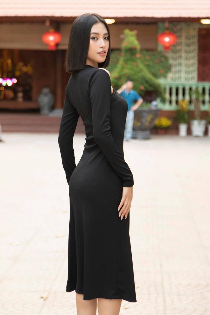 Hoa hậu Tiểu Vy diện áo tắm bé xíu, khoe khéo body chuẩn từng cm Ảnh 11