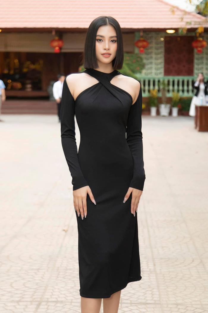 Hoa hậu Tiểu Vy diện áo tắm bé xíu, khoe khéo body chuẩn từng cm Ảnh 12