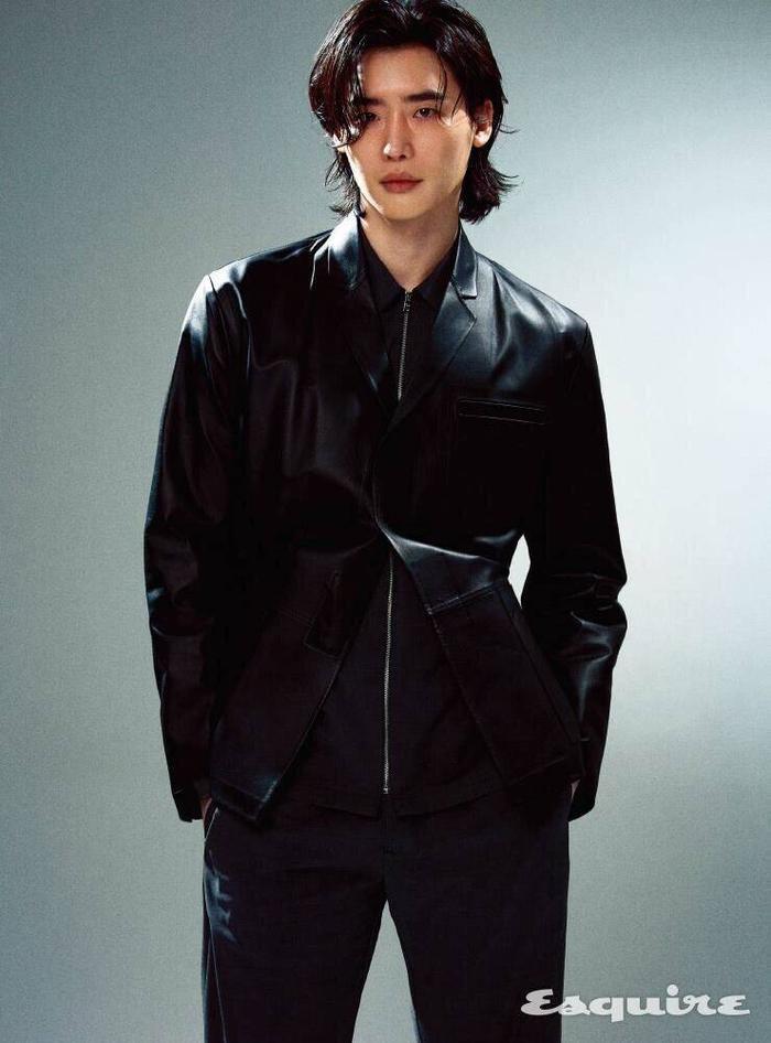 Jungkook (BTS) - Lee Jong Suk 'đụng độ' kiểu tóc dài khiến fan girl bấn loạn Ảnh 11