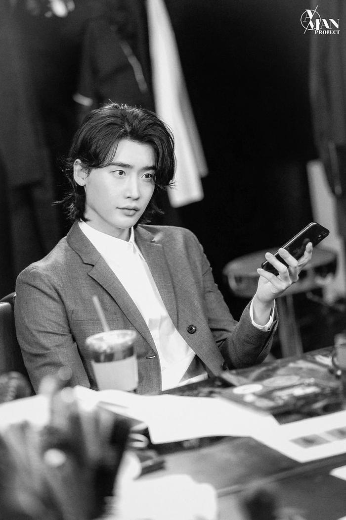 Jungkook (BTS) - Lee Jong Suk 'đụng độ' kiểu tóc dài khiến fan girl bấn loạn Ảnh 9
