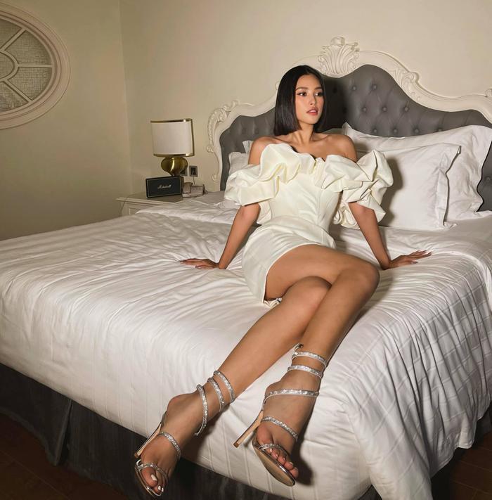 Say lòng ngắm Hoa hậu Tiểu Vy diện váy trắng xinh như đóa hoa cẩm tú Ảnh 3