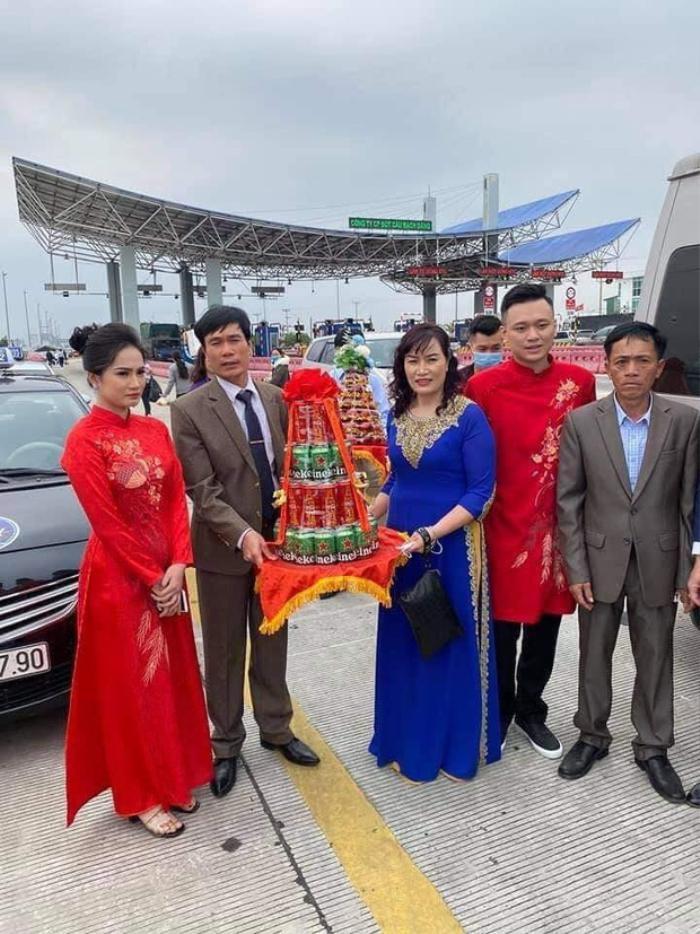 Không vào được Quảng Ninh đón dâu do dịch COVID-19, gia đình đôi bên đã trao lễ ngay tại trạm thu phí Ảnh 3