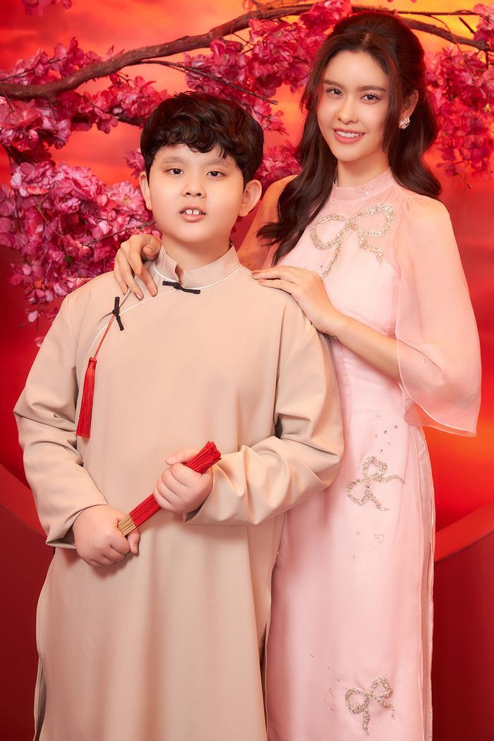 Con trai Trương Quỳnh Anh lớn phổng phao, chững chạc bên mẹ trong bộ ảnh Tết Ảnh 1