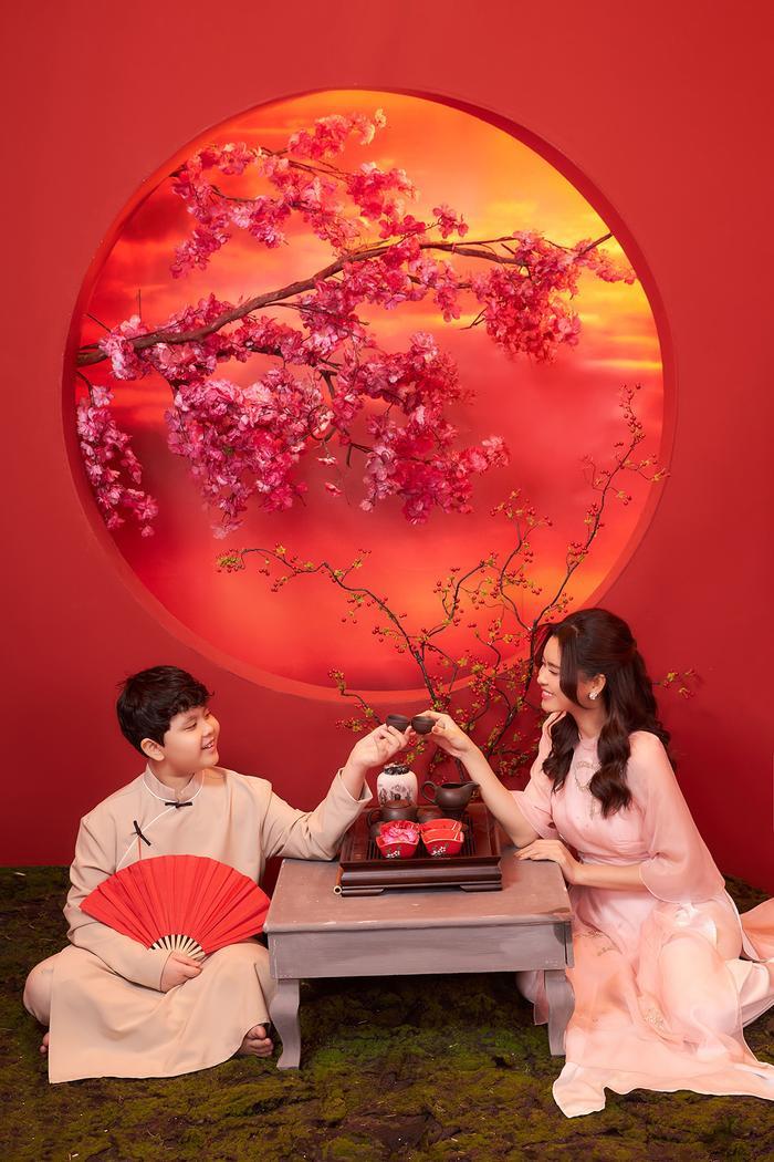 Con trai Trương Quỳnh Anh lớn phổng phao, chững chạc bên mẹ trong bộ ảnh Tết Ảnh 4