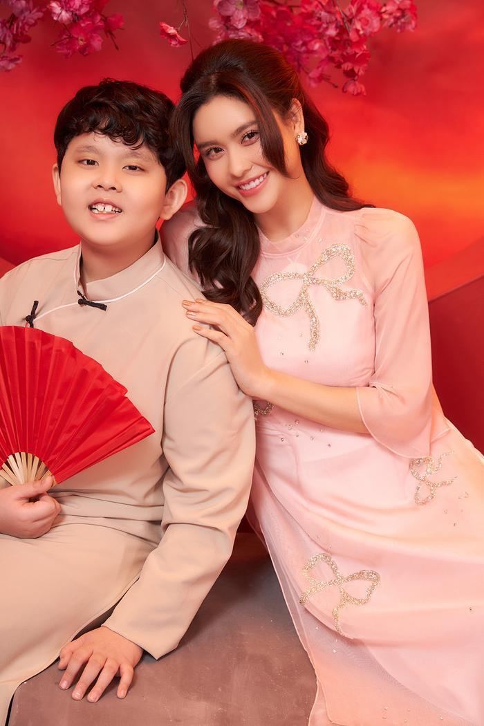 Con trai Trương Quỳnh Anh lớn phổng phao, chững chạc bên mẹ trong bộ ảnh Tết Ảnh 7