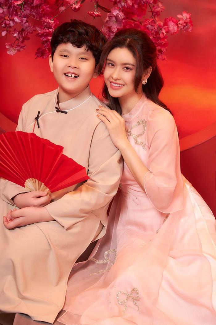 Con trai Trương Quỳnh Anh lớn phổng phao, chững chạc bên mẹ trong bộ ảnh Tết Ảnh 8