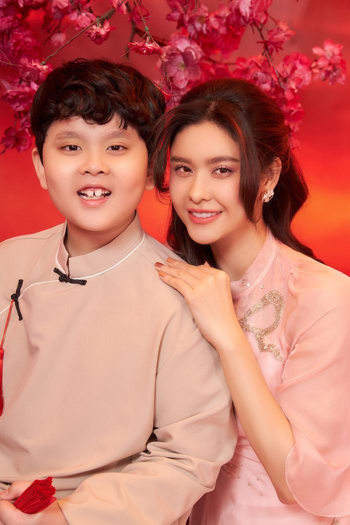 Con trai Trương Quỳnh Anh lớn phổng phao, chững chạc bên mẹ trong bộ ảnh Tết Ảnh 9