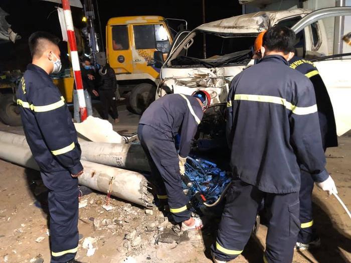 Xe tải và xe máy đâm nhau trong đêm, 3 người thiệt mạng Ảnh 1
