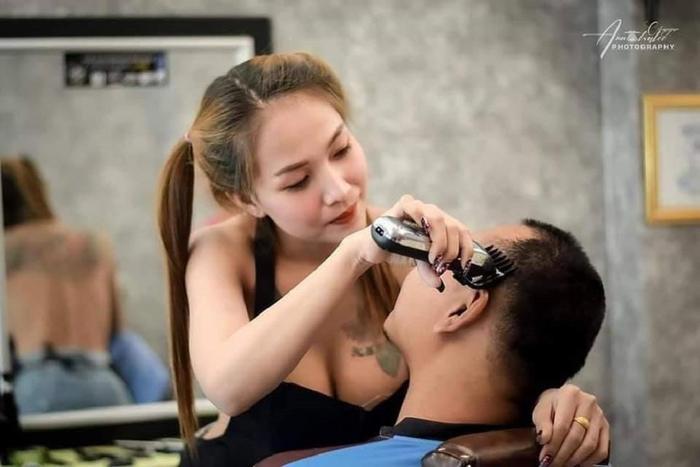 Đi cắt tóc đón Tết, nam thanh niên đứng ngồi không yên khi đối diện với vòng 1 'ngồn ngộn' của cô thợ Ảnh 2