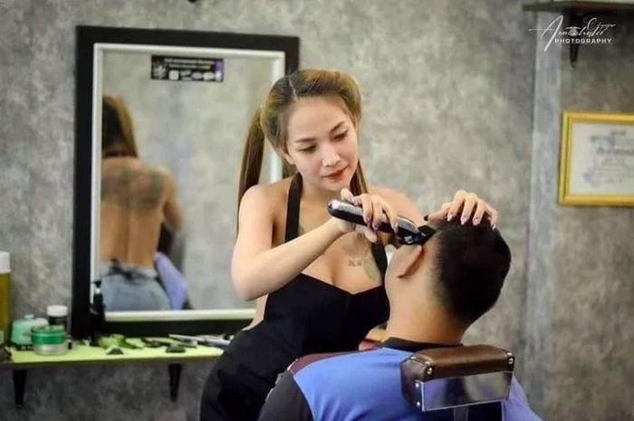 Đi cắt tóc đón Tết, nam thanh niên đứng ngồi không yên khi đối diện với vòng 1 'ngồn ngộn' của cô thợ Ảnh 1