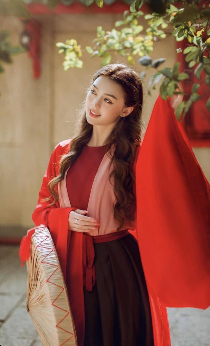 Bạn gái thủ môn Bùi Tiến Dũng dịu dàng trong trang phục truyền thống Việt Nam Ảnh 2