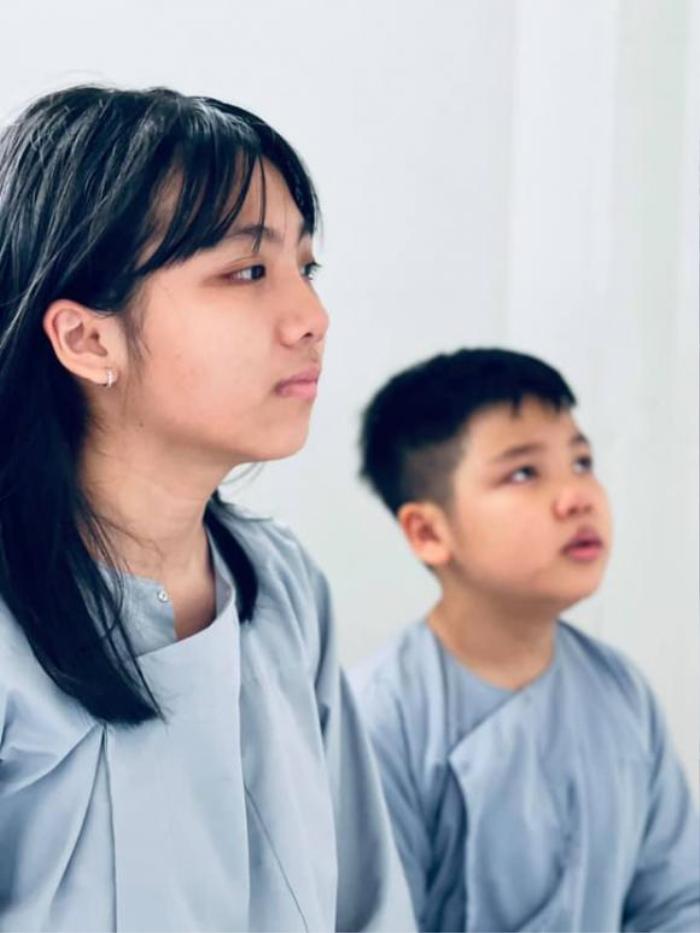 Vợ cũ Vân Quang Long gây xúc động khi đăng ảnh các con khoe thành tích học tập trước bàn thờ bố Ảnh 4