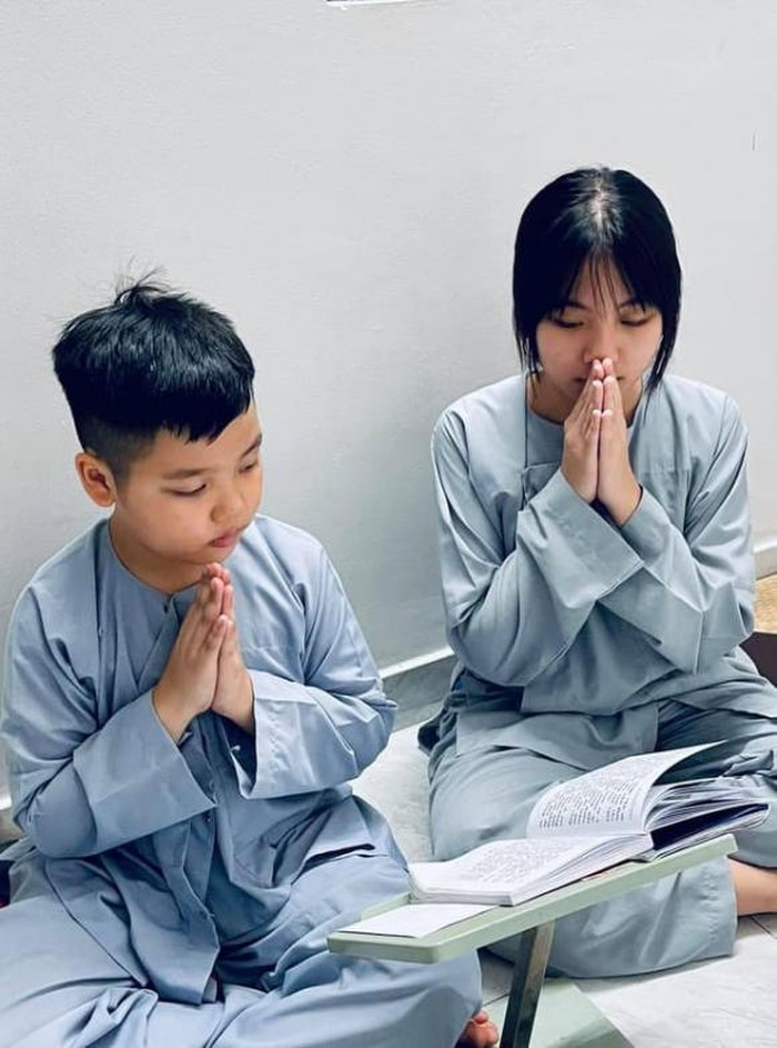 Vợ cũ Vân Quang Long gây xúc động khi đăng ảnh các con khoe thành tích học tập trước bàn thờ bố Ảnh 5