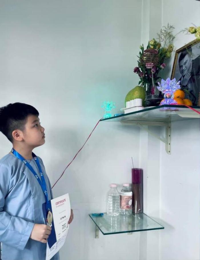 Vợ cũ Vân Quang Long gây xúc động khi đăng ảnh các con khoe thành tích học tập trước bàn thờ bố Ảnh 3