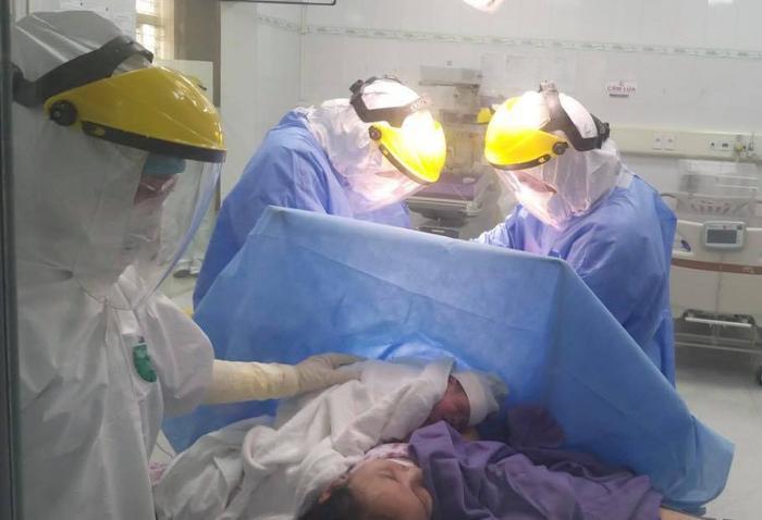 Phẫu thuật mổ lấy thai cho sản phụ dương tính virus SARS-CoV-2 tại khu cách ly Bệnh viện Sản Nhi Quảng Ni Ảnh 2