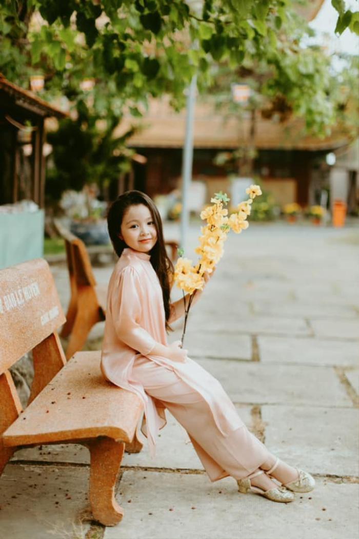 Con gái Elly Trần gây sửng sốt khi diện áo dài xinh xắn ra dáng thiếu nữ Ảnh 1