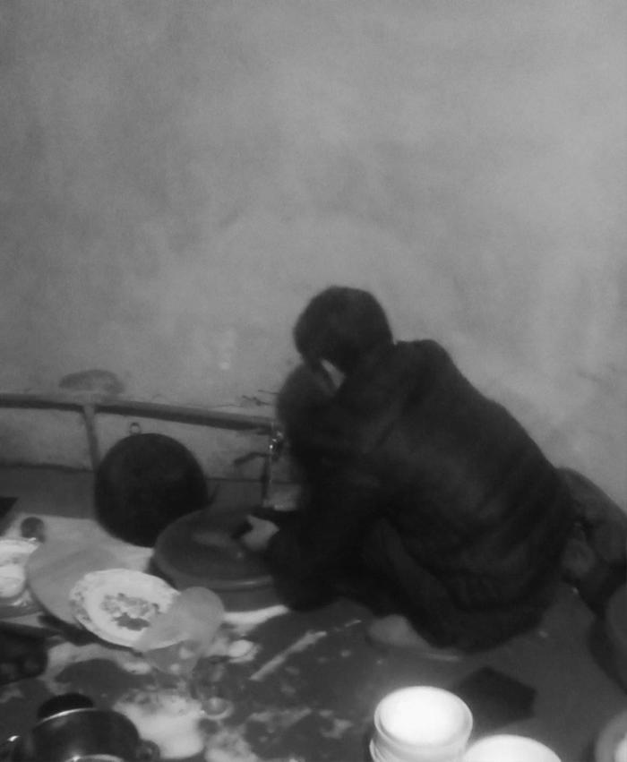 Thấy con gái rửa bát một mình lúc 10h tối mùng 2 Tết, bố chạy ra giúp kèm câu nói khiến cô cay mắt Ảnh 1