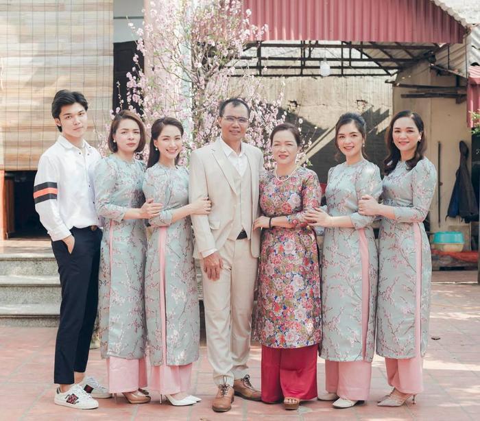 Hoà Minzy khoe ảnh gia đình dịp Tết, nhan sắc em út khiến hội chị em phát sốt Ảnh 1