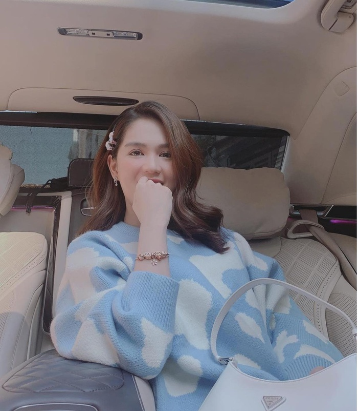 Ngọc Trinh xuống phố cuối tuần với áo sweater điệu đà, fan tấm tắc không cần hở vẫn đẹp mĩ mãn Ảnh 1
