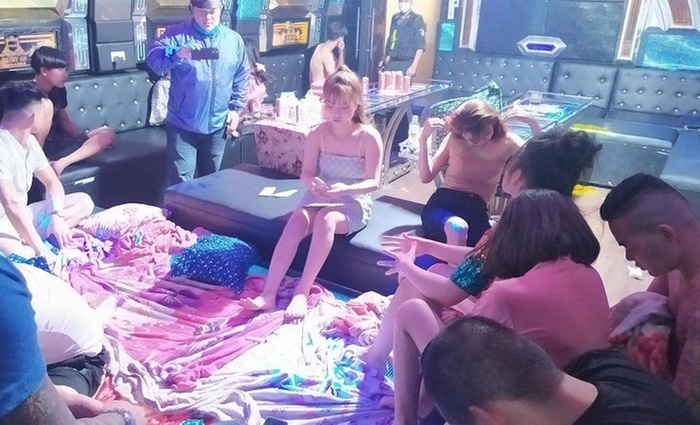 Hàng chục nam, nữ thanh niên 'bay lắc' trong quán karaoke bất chấp lệnh cấm để phòng dịch COVID-19 Ảnh 1