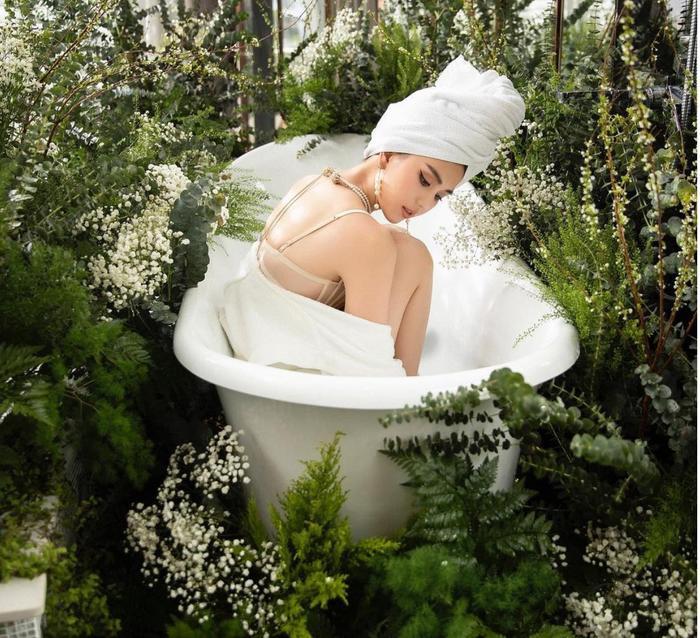 Ngọc Trinh mặc nội y xuyên thấu vẫn cực sang, khoe dáng trong bồn tắm đúng chuẩn quý cô thượng lưu Ảnh 4