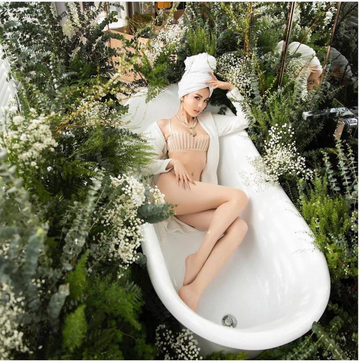 Ngọc Trinh mặc nội y xuyên thấu vẫn cực sang, khoe dáng trong bồn tắm đúng chuẩn quý cô thượng lưu Ảnh 1
