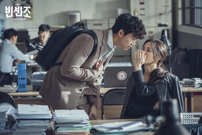 'Vincenzo': Ngoài Song Joong Ki , 'tình mới' Jeon Yeo Bin có gì hay ho? Ảnh 7