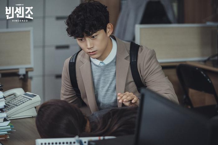 'Vincenzo': Ngoài Song Joong Ki , 'tình mới' Jeon Yeo Bin có gì hay ho? Ảnh 9