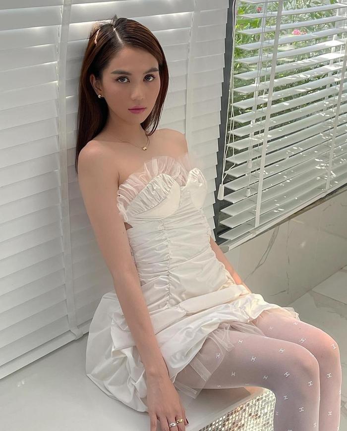Ngọc Trinh khiến fan 'đứng ngồi không yên' khi diện áo ngắn cũn khoe eo thon bên trai lạ Ảnh 6