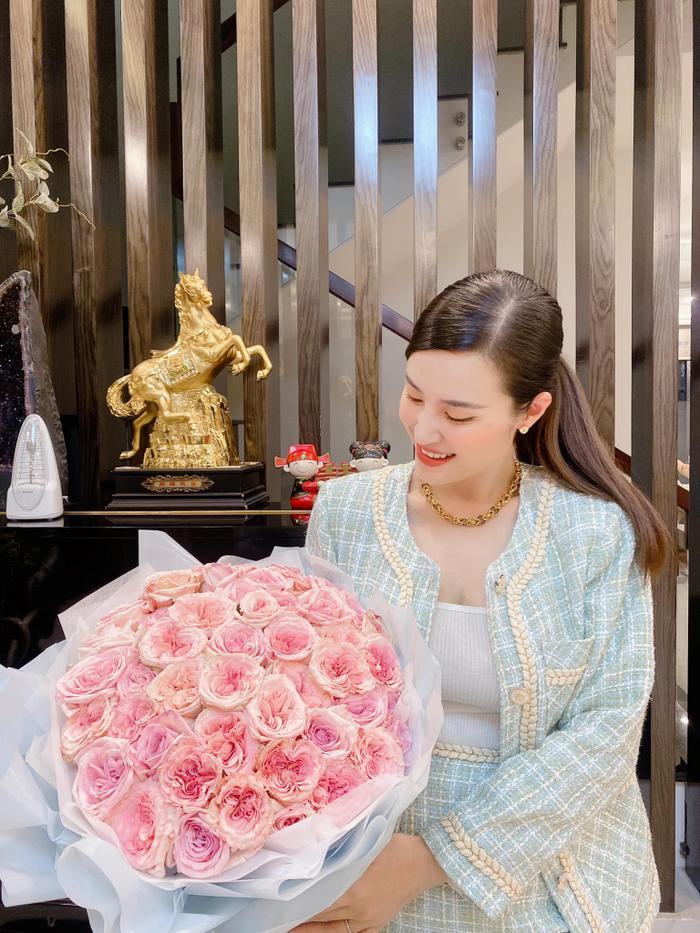 Đông Nhi - Ông Cao Thắng kỷ niệm 12 năm bên nhau, nhan sắc mẹ bỉm khiến ai cũng phải khen ngợi Ảnh 4